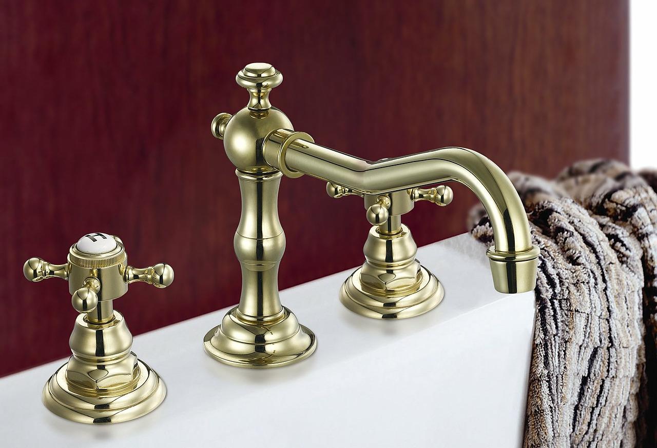 Robinet doré dans petite salle de bain