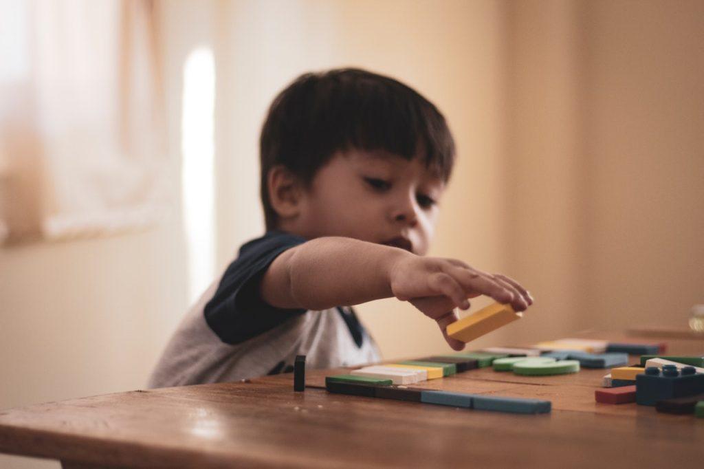 Enfant qui joue avec ses jouets
