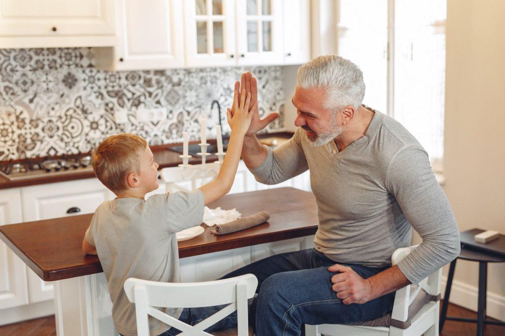 Rangement maison écologique père et fils