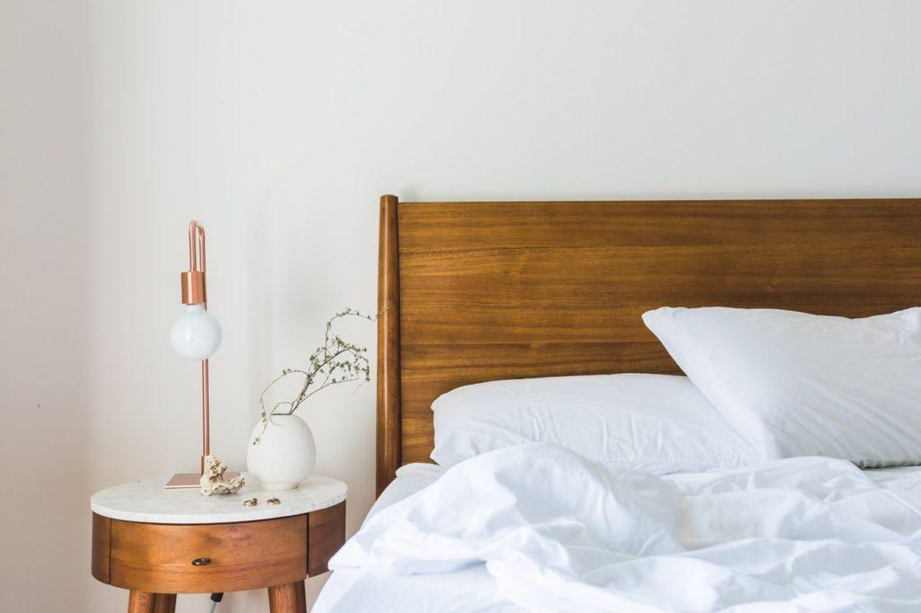 Chambre scandinave avec lit en bois naturel