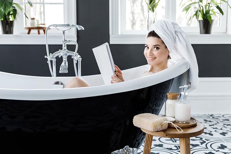 femme lecture baignoire